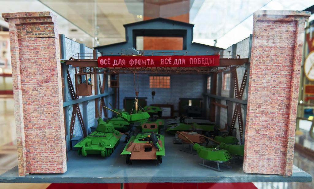 22. Макет цеха по производству танков на выставке военной техники. Всё для фронта…