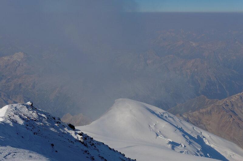 Мы на вершине! К этому моменту тучи угрожающе скапливаются вокруг вершины, то и дело погружая нас в туман