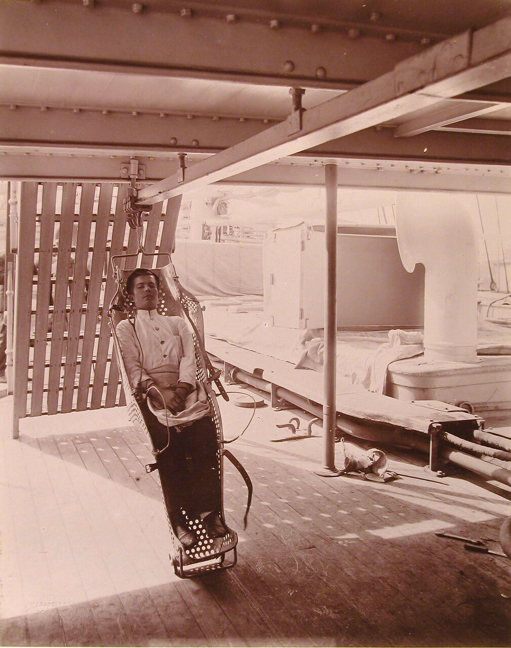 31. Носилки системы доктора Оффре, предназначенные для перемещения раненых по палубе плавучего госпиталя Орел в вертикальном положении