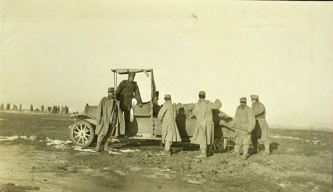 40. Группа пленных австрийских солдат во время работы на аэродроме