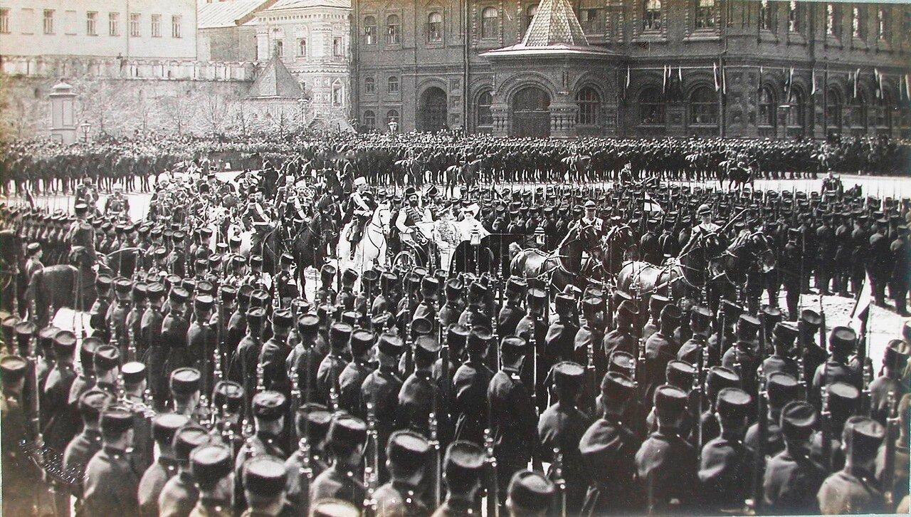 05. Император Николай II, императрица Александра Федоровна, великая княгиня Елизавета Федоровна проезжают мимо, выстроившихся на площади