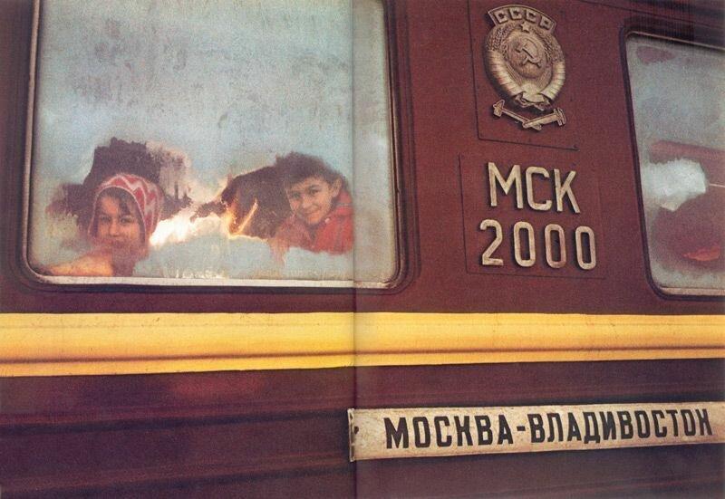 Дети выглядывают из вагона на станции Транссибирской магистрали. В момент съемки температура снаружи поезда −40 градусов