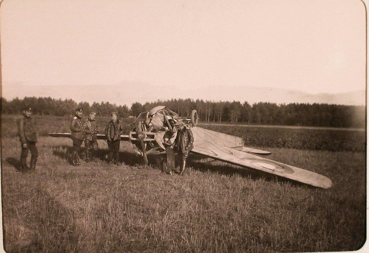 12. Группа летчиков роты у поломанного - в ходе тренировочного полета - самолета. Псков