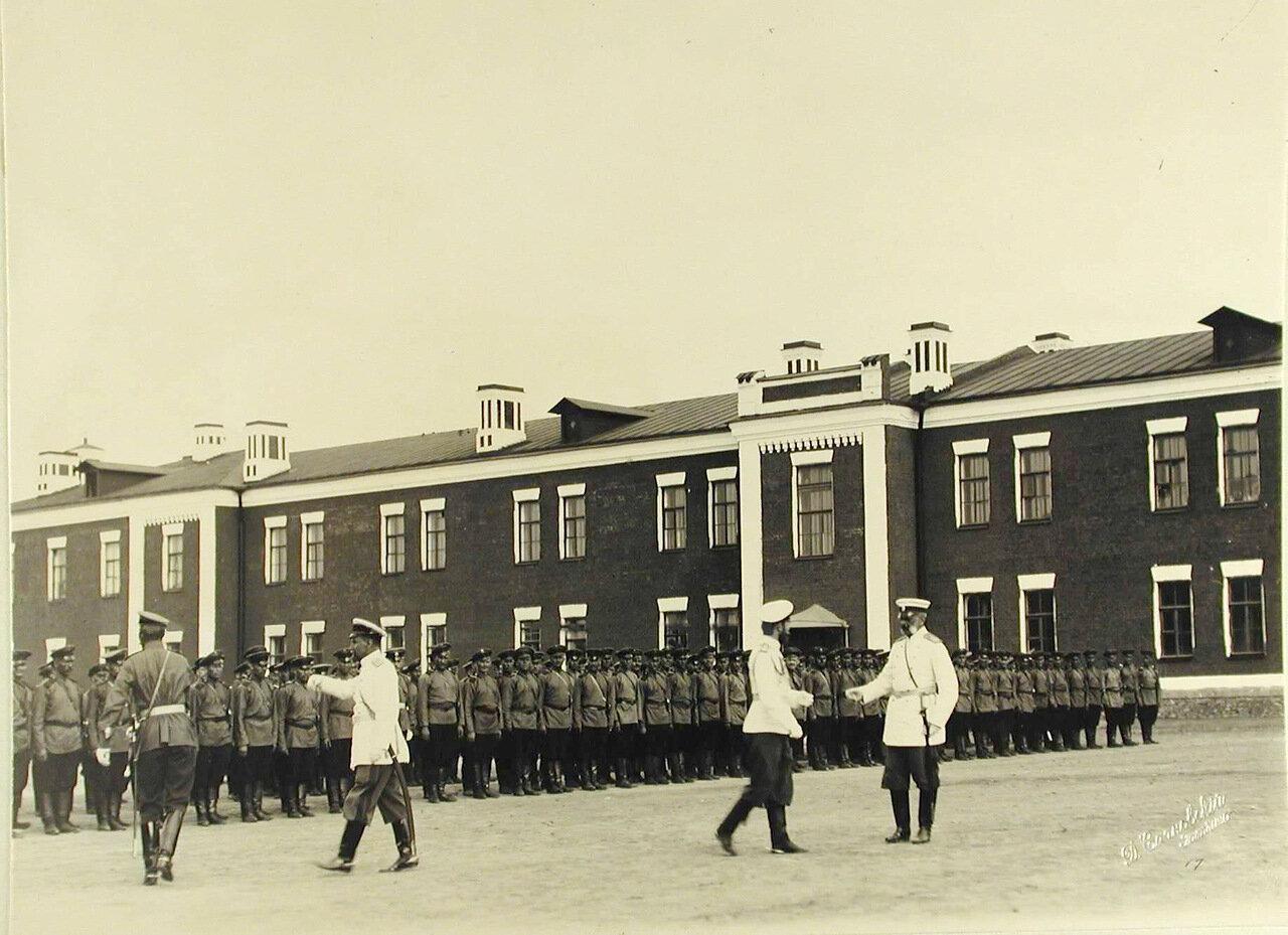 09. Император Николай II и великий князь Владимир Александрович перед строем нижних чинов на плацу во время смотра артиллерийских частей