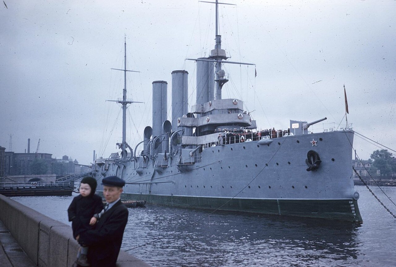 09. Мужчина с ребенком позируют на фоне крейсера Аврора