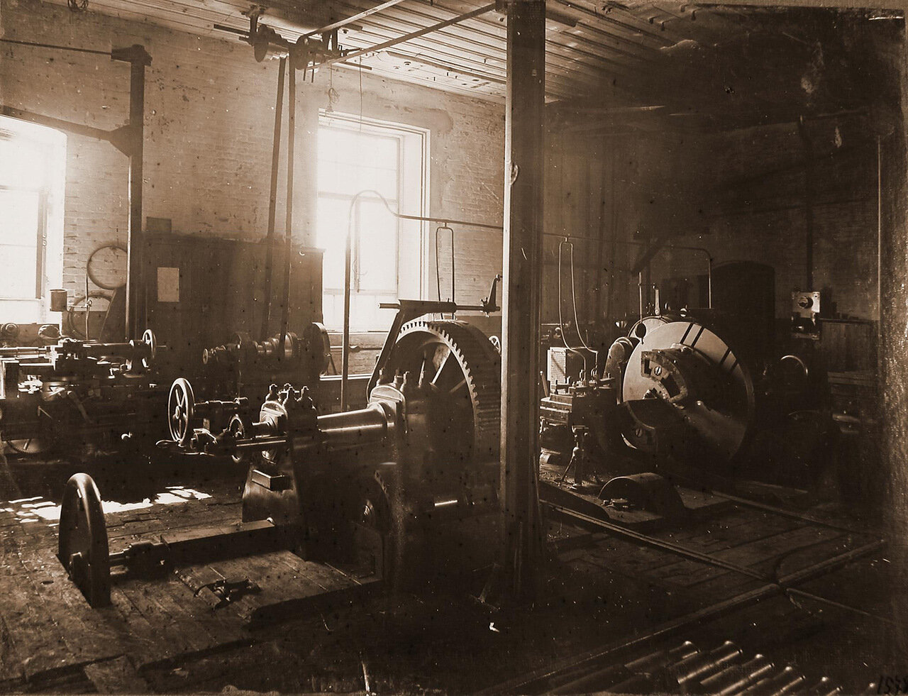 44. Вид токарных станков по выточке деталей для изготовления оси колесных пар паровоза в одном из цехов мастерской