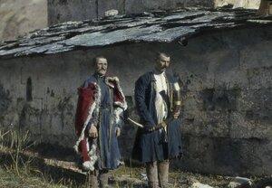 Охранники возле церкви Богородицы в Сванетии