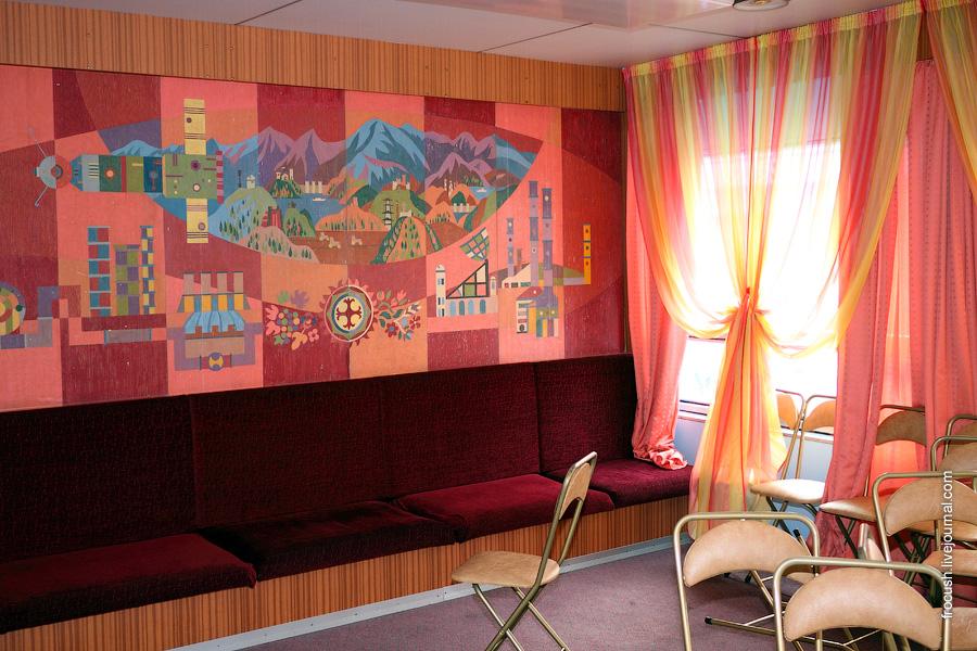 Музыкальный салон в носовой части шлюпочной палубы теплохода «Михаил Фрунзе»