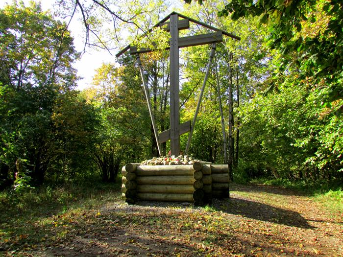 памятный крест на вершине Ореховой горы