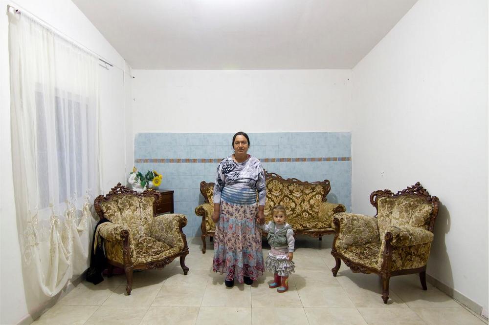 Жизнь цыган-беженцев на юге Италии окраине, цыганбеженцев, случайными, живут, государства, дотаций, получают, товарищи, Югославии, Сербии, тысячи, Неаполя, обосновались, Здесь, закрыли, которые, беженцев, лагеря, временных, расположены