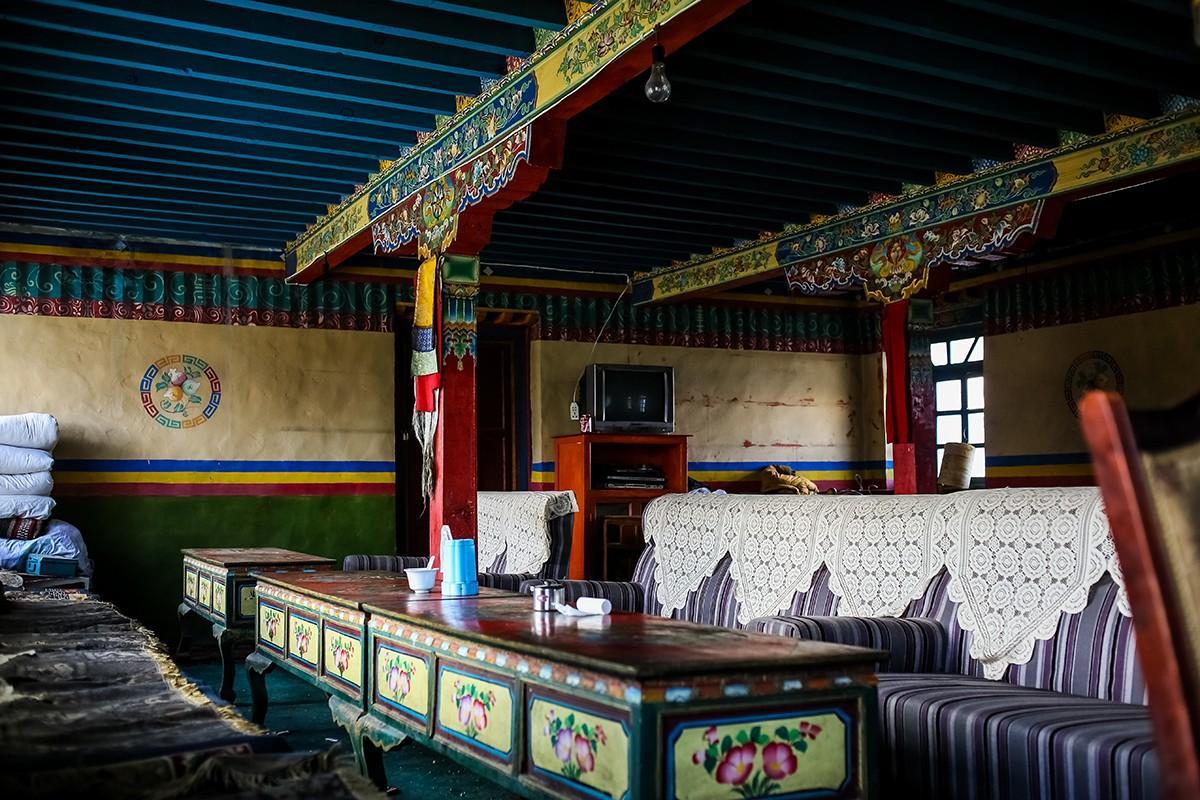 3. Типичное тибетское кафе. Надо отметить, что в кафе очень грязно. В высокогорье, где далеко идти з