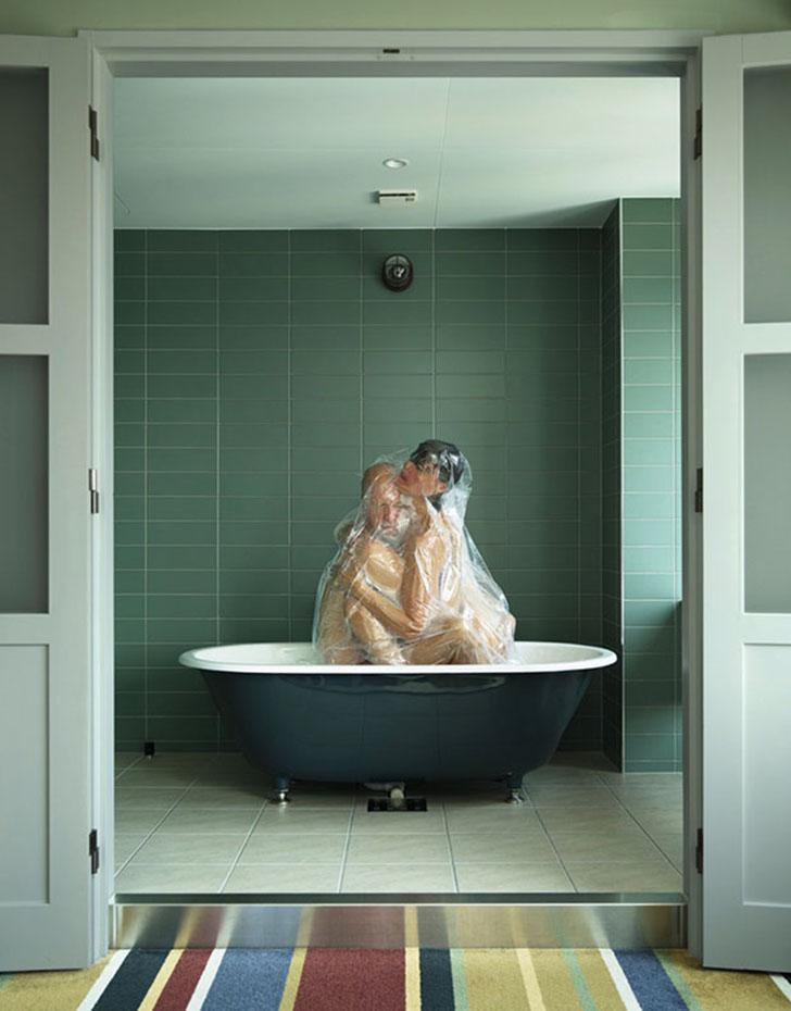 Креатив головного мозга: японский фотограф снимает влюбленных в полиэтиленовых мешках (7 фото)