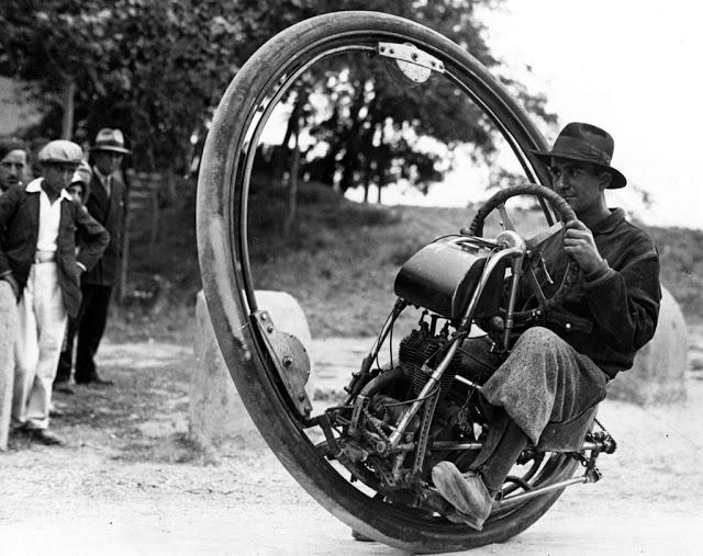 «Мотоколесо» На фотографии швейцарский инженер М. Гердер за рулем «мотоколеса» — мотоцикла, вмонтиро
