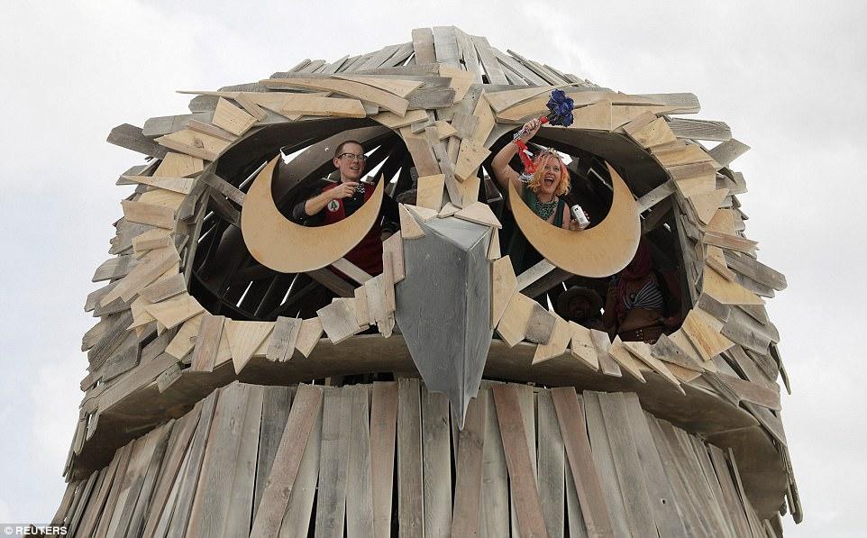 Под фигурой в виде огромной совы эта пара с фестиваля зарегистрировала брак.