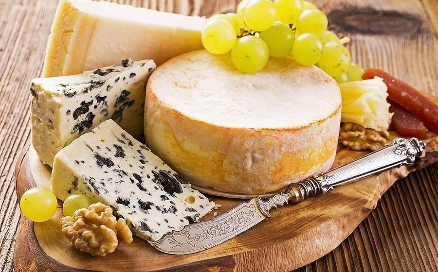 8. Не стойте рядом с сырной тарелкой. Обычно мы едим больше, когда нам скучно или мы нервничаем. Что