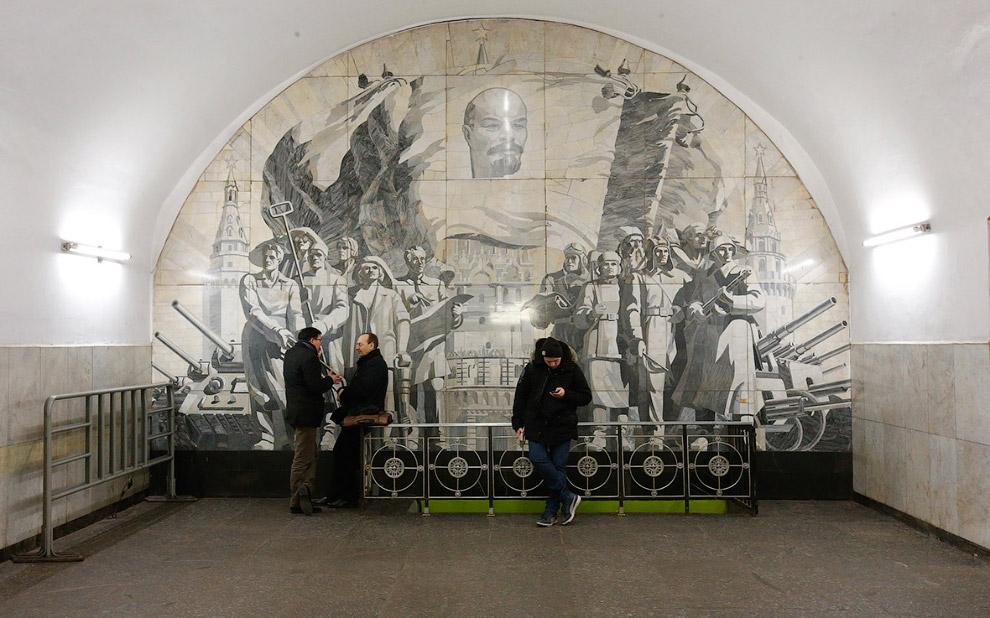 10. Ленин на станции метро «Киевская» в Москве. (Фото Grigory Dukor | Reuters):