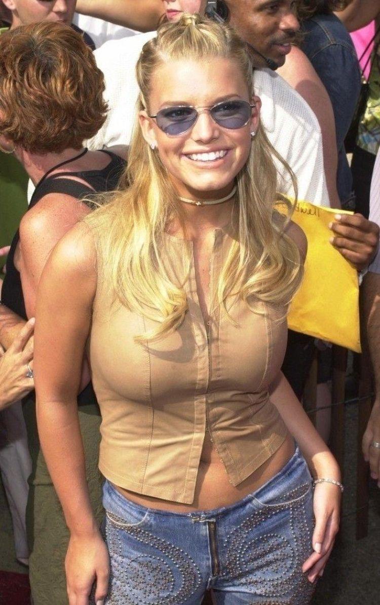 2011 год: а вот Джессика Симпсон в её культовом аутфите