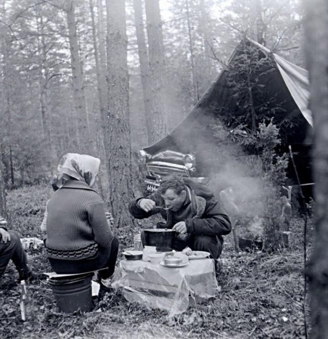 Известный лётчик-космонавт на пикнике.    Юрий Никулин с семьёй на отдыхе