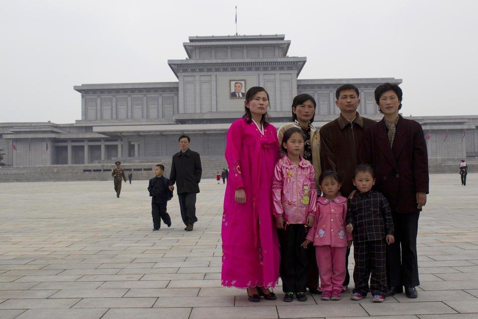 Парк развлечений в центре Пхеньяна, 16 апреля 2011. Кто-то разминается пивком: