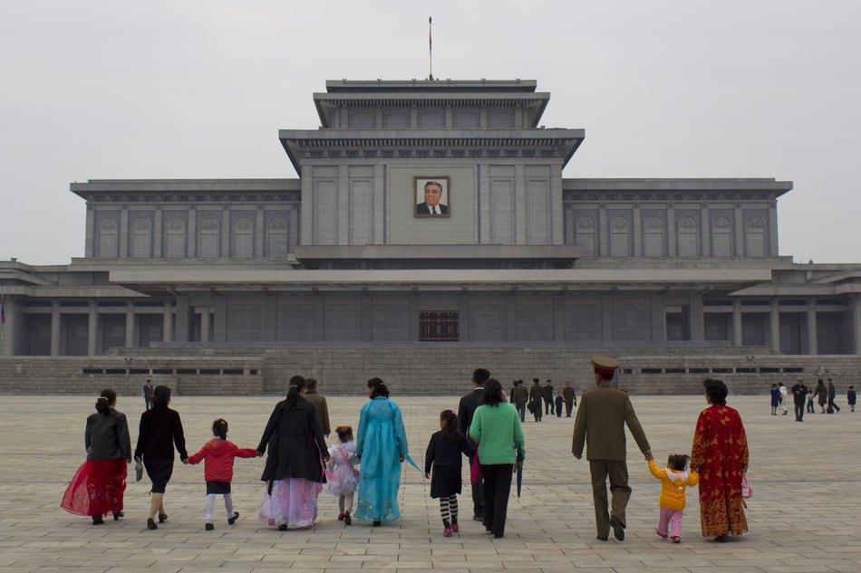 Портреты Ким Ир Сена и Ким Чен Ира в вестибюле здания, 6 октября 2011: