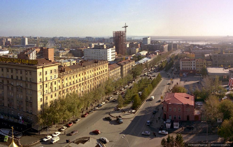 62. Июнь 2001 года. В центре Новосибирска относительно недалеко от высотки на Коммунистической начал