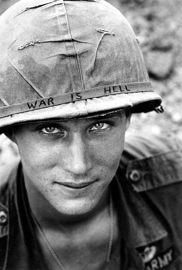 19. Неизвестный солдат во Вьетнаме, 1965 год. «Война — это ад».