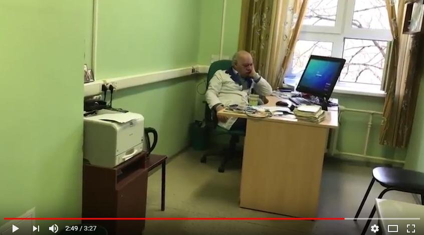 врач развлекается с пациенткой