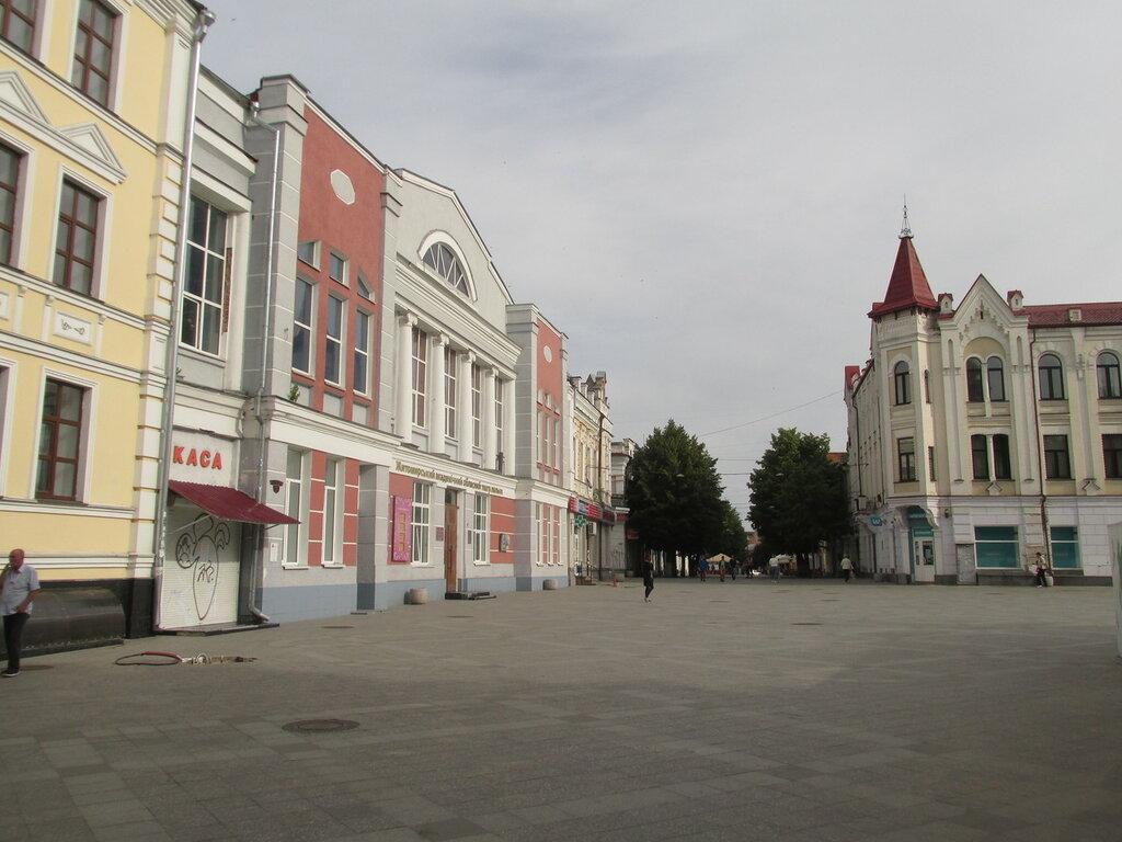 Приехали в город Житомир, носильщик 15-й номер.