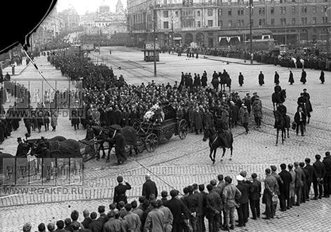 Траурная процессия с прахом А.Д.Цюрупы на площади Свердлова.