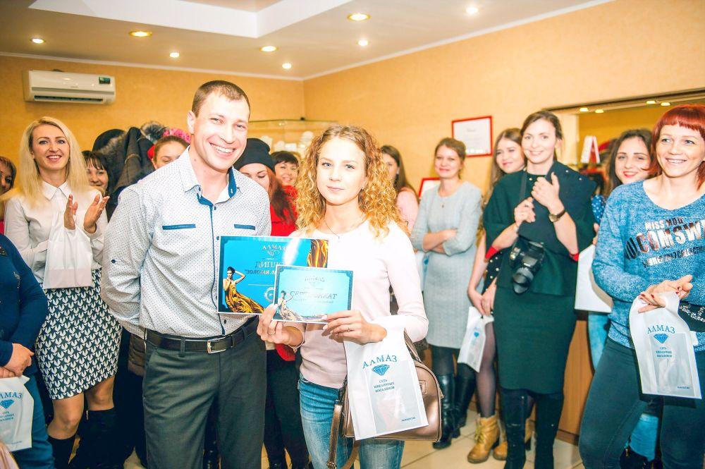 Директор магазина Виталий Владимирович Коновалюк с победительницей конкурса