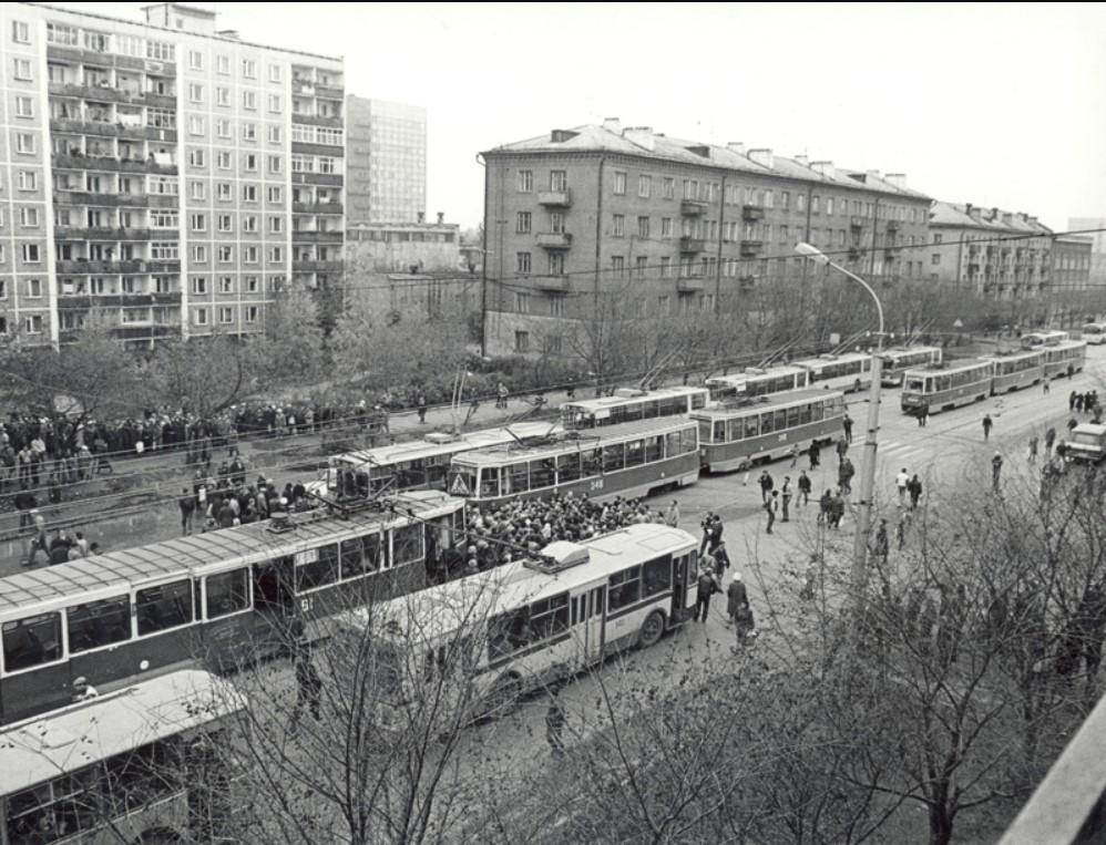 Вид улицы Крупской во время водочного бунта. Пермь. 1990