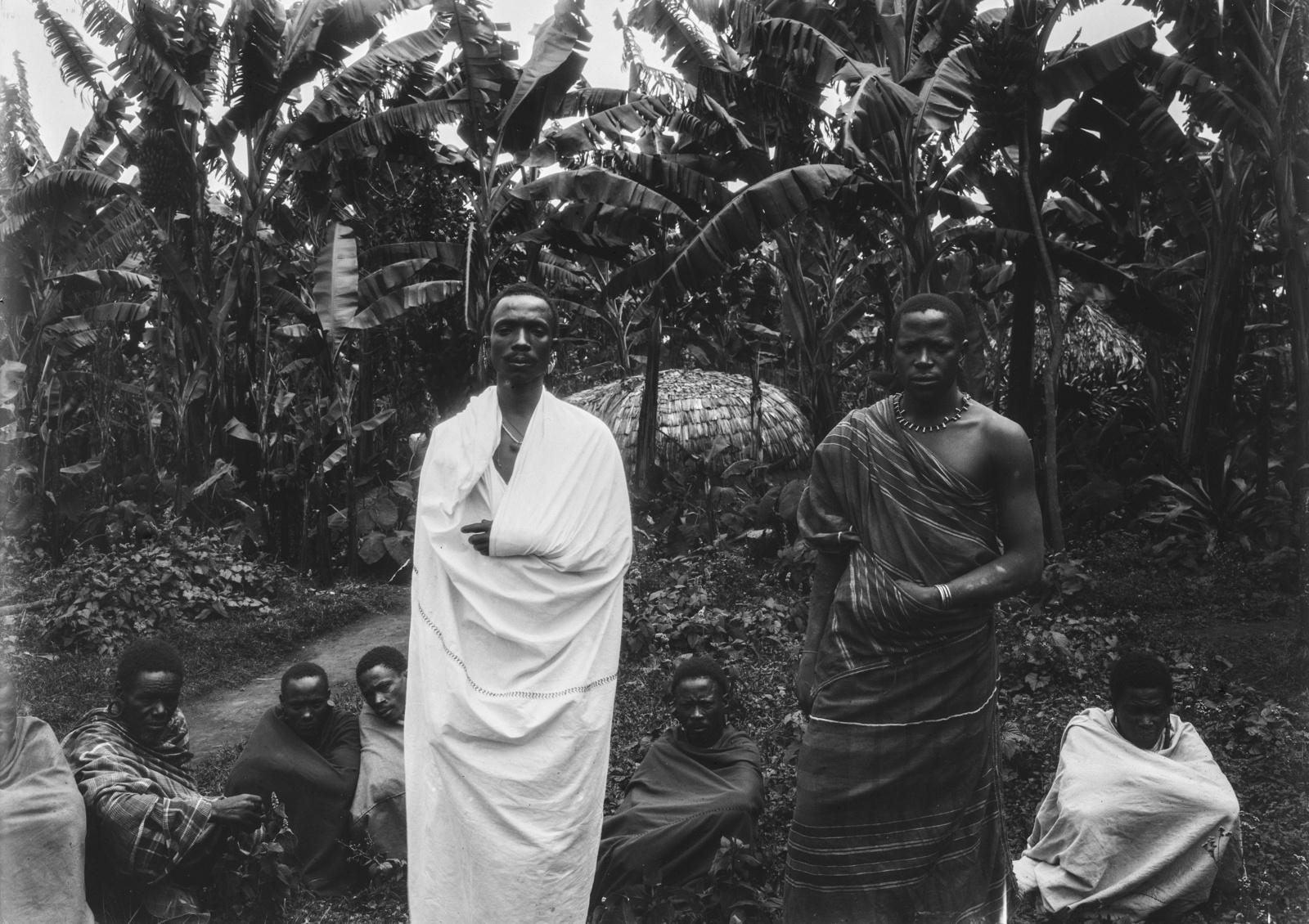 181. Групповой портрет нового (слева) и старого (правого) вождя чагга