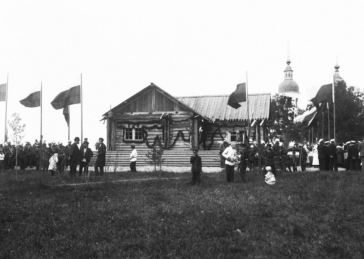 Домик Петра I в день 200-летия со дня победы в Полтавской битве. 1909