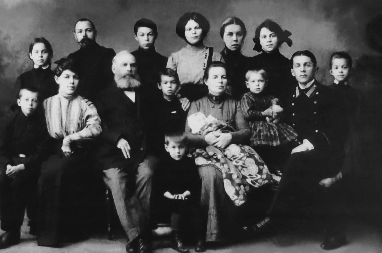 Яков Иванович Лейцингер с семьёй
