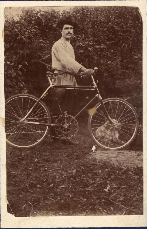 В. Баянов с велосипедом на Синюшиной горе