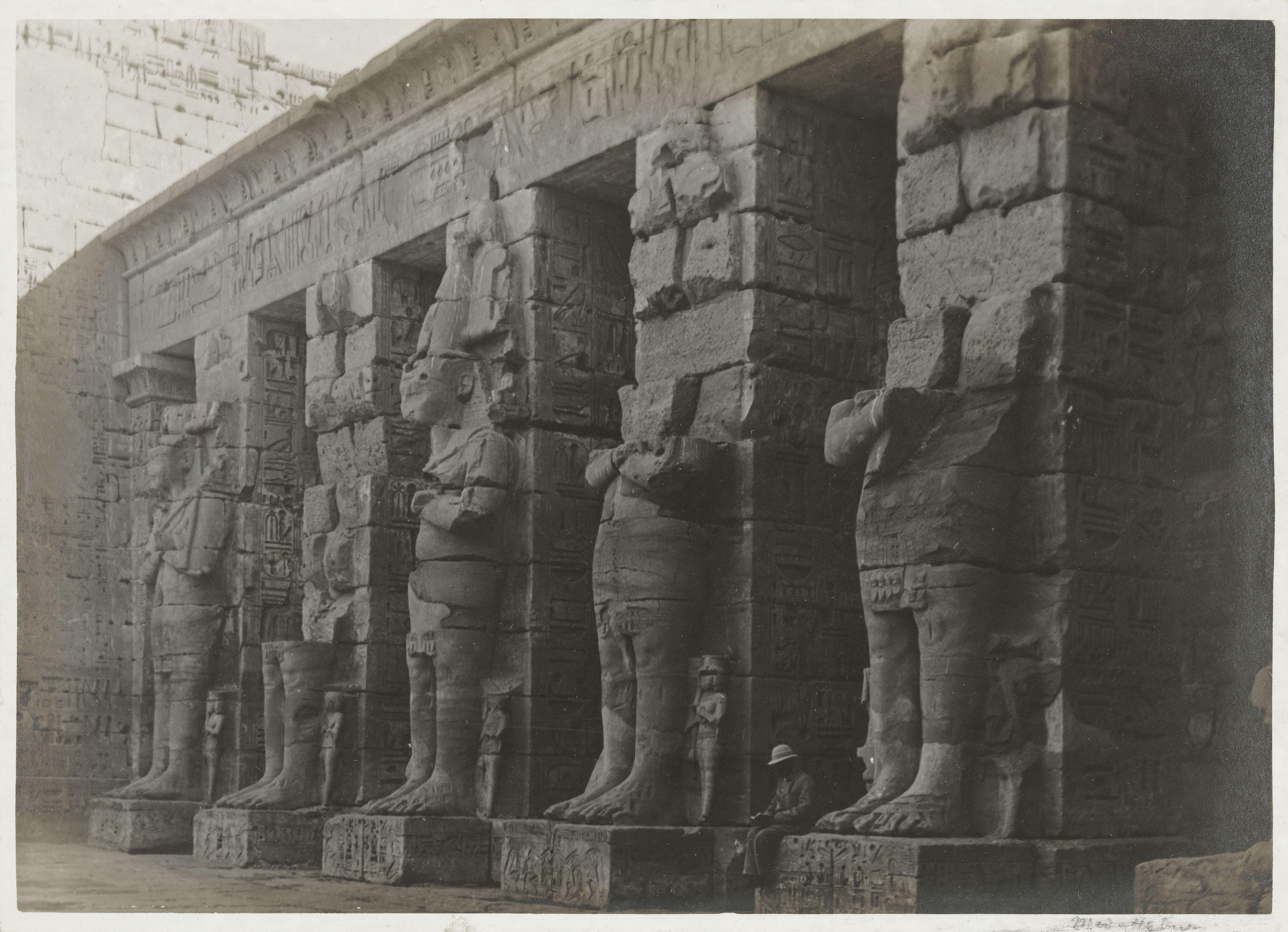 Мединет-Абу. Первый двор погребального храма Рамсеса III