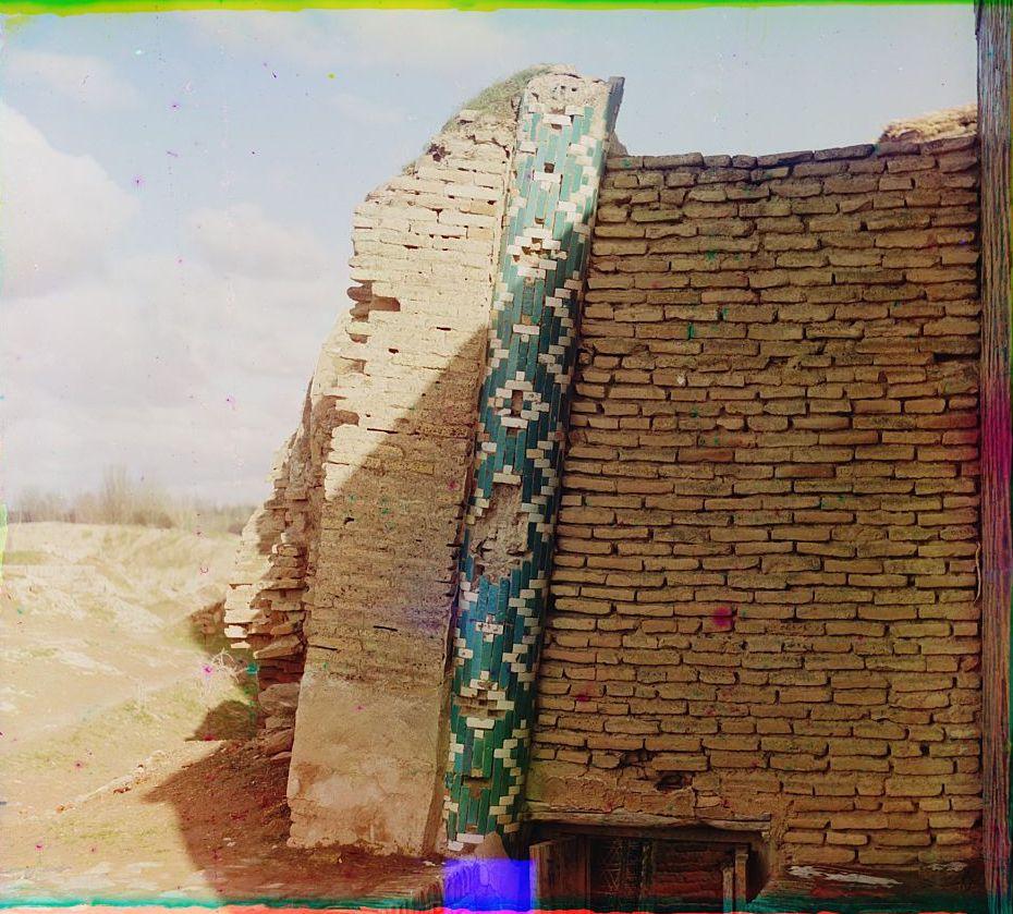 Шах-Зинде. Мавзолей Ходжи Ахмада. Колонка снаружи с противоположной от входа стороны.Задняя сторона