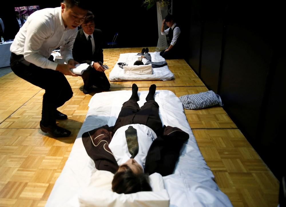 Соревнование по одеванию мертвецов в Японии