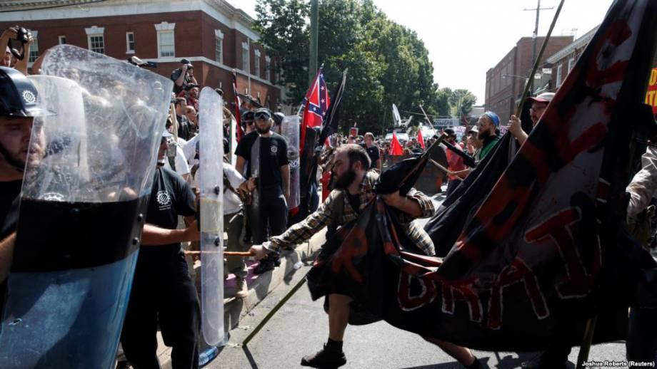 Вирджиния: машина въехала в толпу демонстрантов, есть раненые