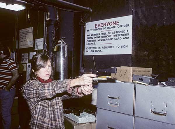Кэрри Фишер практикуется в стрельбе для роли в «Звездных войнах».