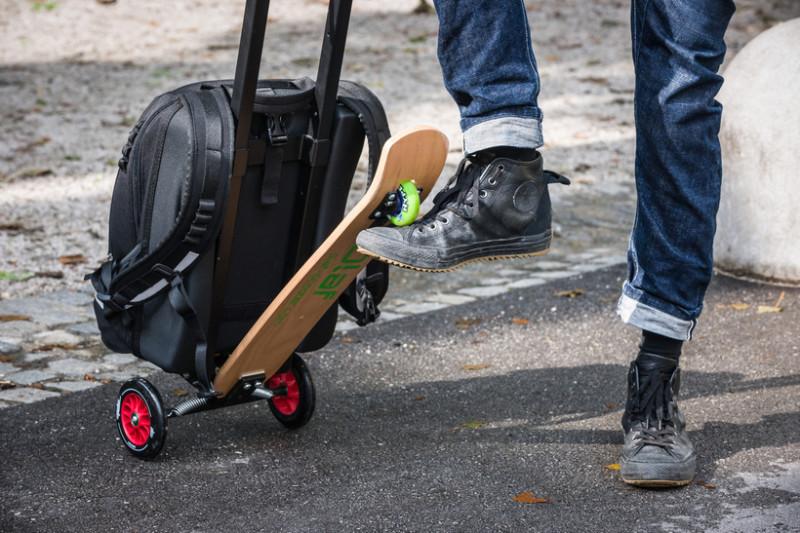 Рюкзак со встроенным самокатом Если вы устали нести ручную кладь, она легко трансформируется в транс