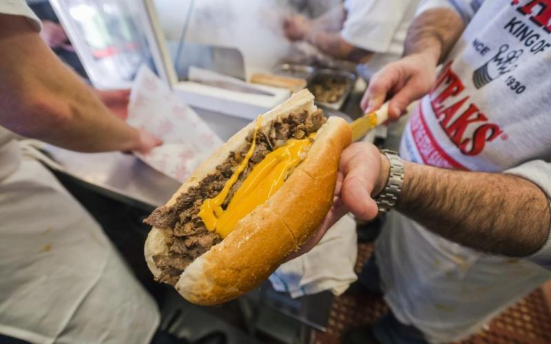 9. Пэт Оливьери, основатель компании Pat's Steaks, придумал рецепт филадельфийского стейка в 1930 го
