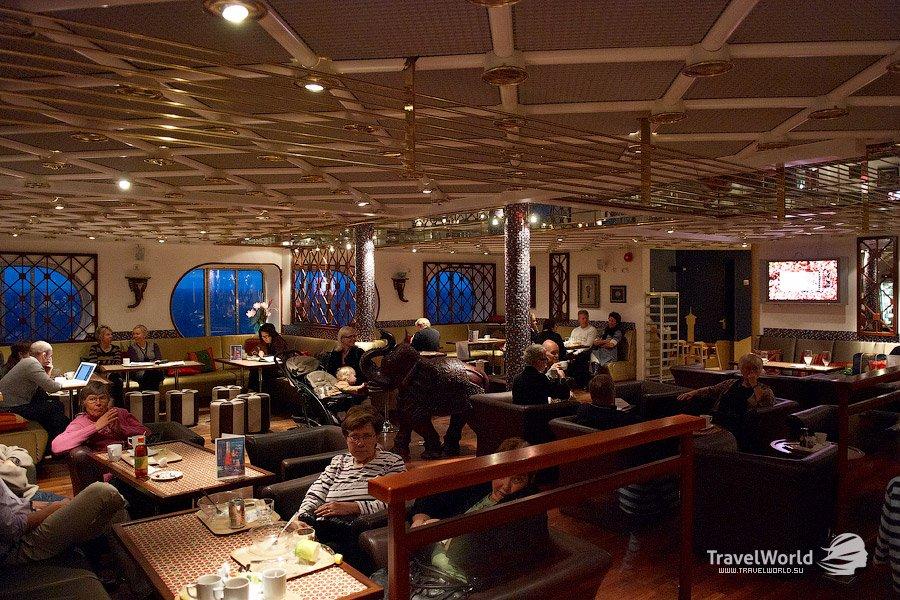 Особенно мне нравится ресторан «Bistro Maxim» на 6-й палубе. Ужин на двоих обойдется в нем около 100