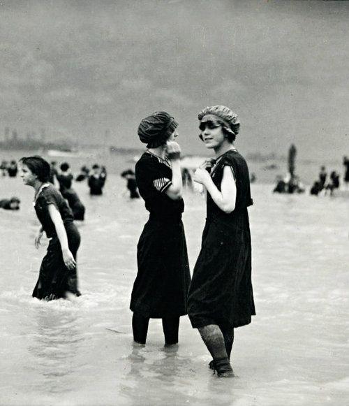 Купающиеся на пляже в Остенде. Бельгия, 1911 год.