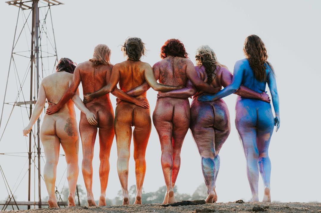 18 снимков девушек, которые красят себя блестящей краской и фотографируются голыми
