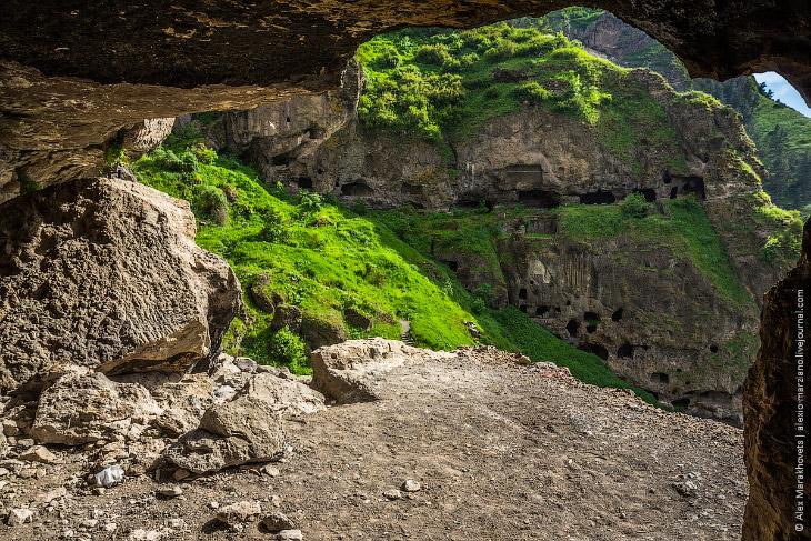 2. Находится он неподалёку от своего более известного собрата — пещерного города-монастыря Вардзиа.
