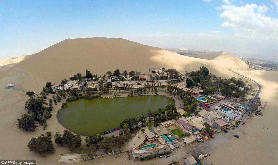 Дивное местечко, чей горизонт со всех сторон завален безжизненным песком, обладает также еще одним н