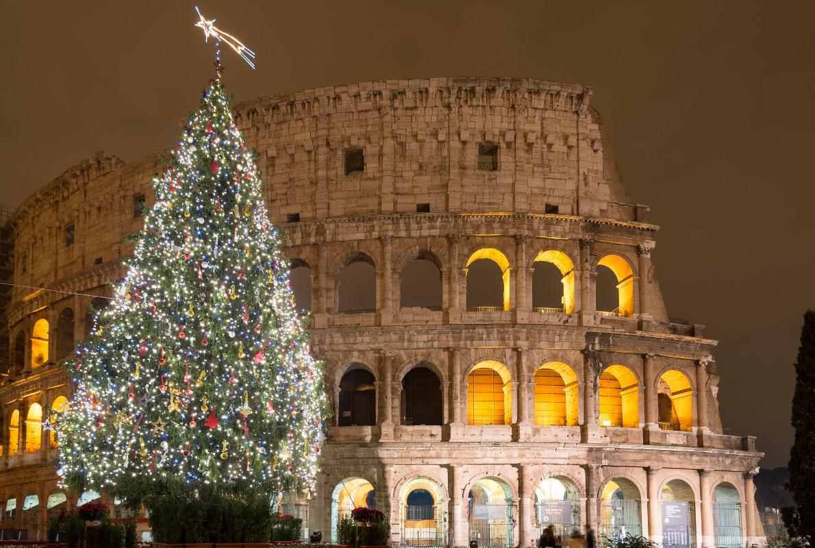 Улицы Рима в дни праздника полны священников, епископов и архиепископов, а на площади Пьяцца Навона