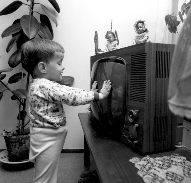 © Lehtikuva Oy/eastnews     Маленький мальчик перед телевизором, 1966.    2.