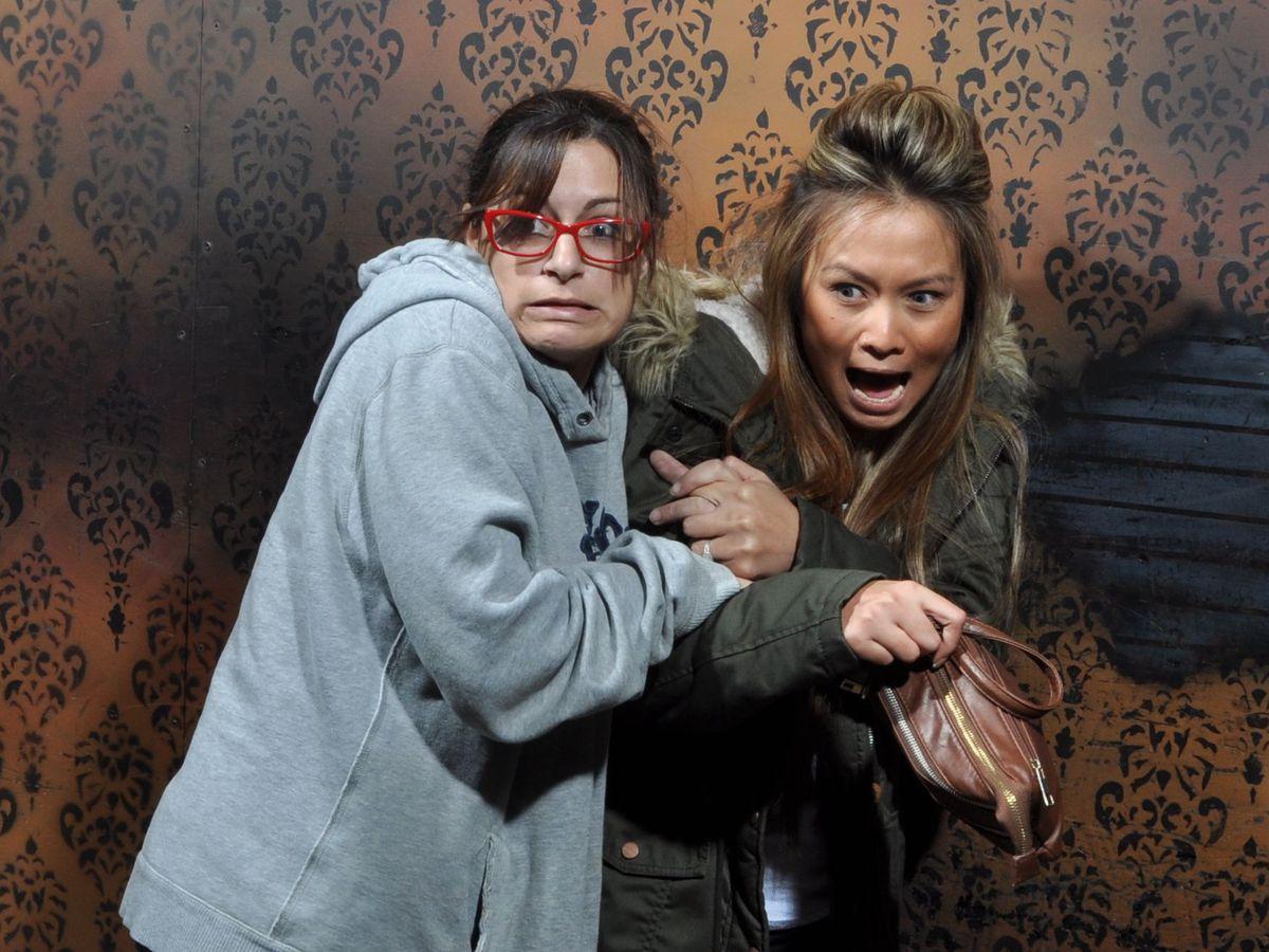 Страшно смешно: эмоциональные фото из комнаты ужасов (24 фото)
